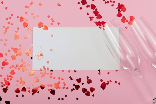 Concetto di san valentino su uno sfondo rosa con decorazioni. il concetto di san valentino, matrimoni, fidanzamenti, festa della mamma, compleanno, capodanno, natale e altre festività. Foto Premium