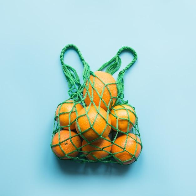 Concetto di scarto zero. borsello verde con arancio. Foto Premium
