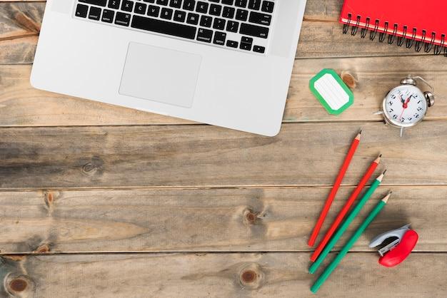 Concetto di scrivania minimalista vista dall'alto Foto Gratuite