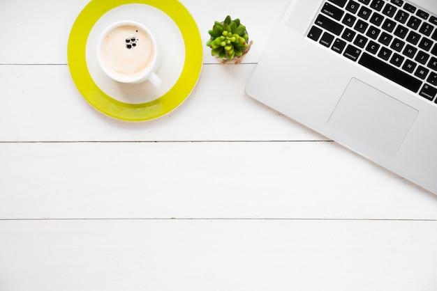 Concetto di scrivania minimalista Foto Gratuite
