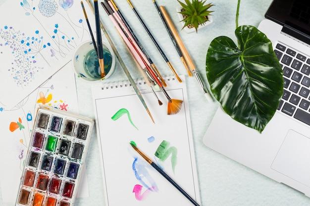 Concetto di scrivania piatta con materiali artistici Foto Gratuite