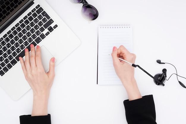 Concetto di scrivania vista dall'alto con le mani di donna Foto Gratuite