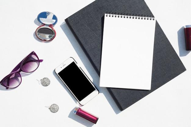 Concetto di scrivania vista dall'alto con lo smartphone Foto Gratuite