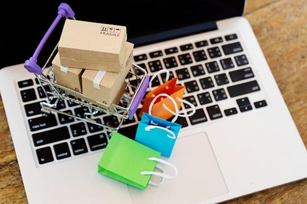 Concetto di shopping online facile Foto Premium