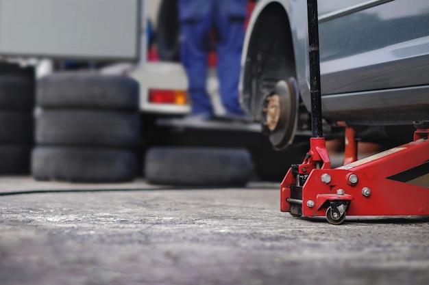 Concetto di sostituzione della gomma. garage 'strumenti e attrezzature. manutenzione e servizi dell'automobile Foto Premium