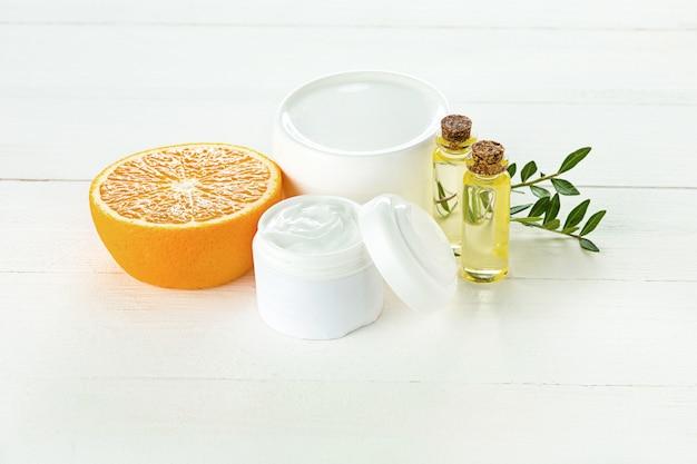 Concetto di spa con sale, menta, lozione, asciugamano Foto Gratuite