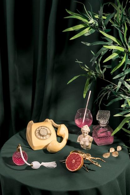 Concetto di stile di vita lussuoso sul tavolo Foto Gratuite