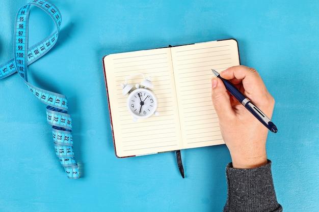 Concetto di stile di vita sano con blocco note Foto Premium