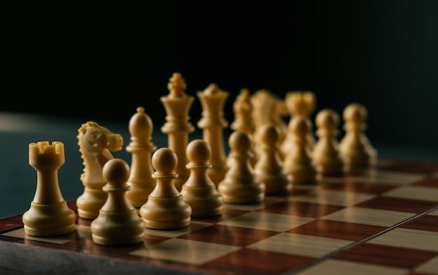 Concetto di strategia e di affari, gioco di scacchiera in annata Foto Premium