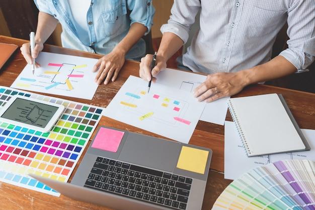 Concetto di tecnologia aziendale, team designer creativo che sceglie campioni con sviluppo ui / ux Foto Premium