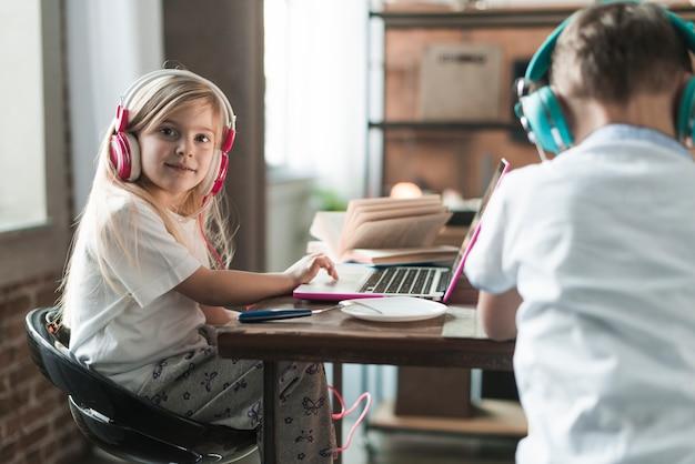 Concetto di tecnologia con due bambini al tavolo Foto Gratuite