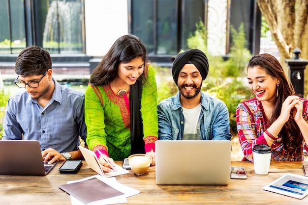 Concetto di tecnologia di lavoro di squadra degli studenti universitari Foto Premium