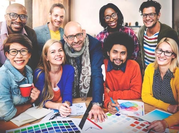 Concetto di tecnologia di lavoro di squadra di idee di creatività dello studio di progettazione Foto Premium