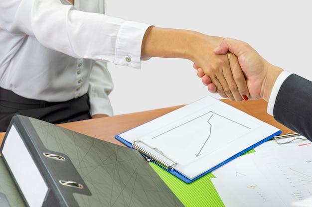 Concetto di ufficio e di affari - stringere la mano ai partner Foto Premium
