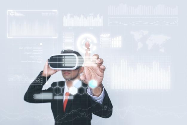 Concetto di un uomo d'affari nel lavoro di realtà virtuale. Foto Premium