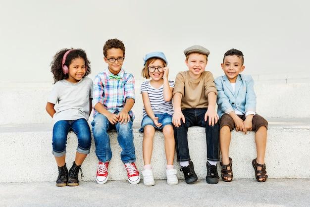 Concetto di unità di felicità allegra dei bambini di divertimento dei bambini retro Foto Premium
