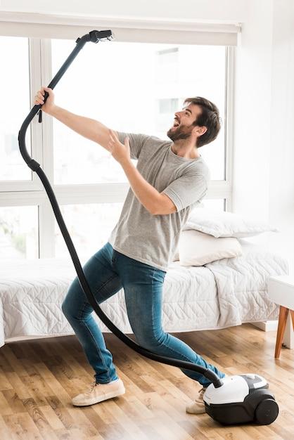 Concetto di uomo che pulisce la sua casa Foto Gratuite