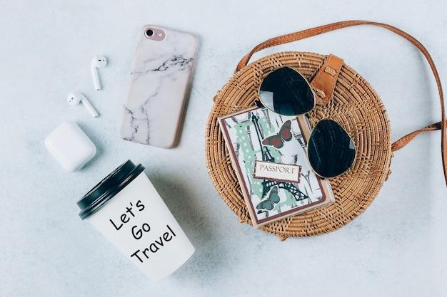 Concetto di vacanza vacanze estive. borsa da spiaggia e accessori Foto Premium