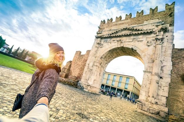 Concetto di viaggio con l'uomo che segue la donna amata sulla vacanza autunnale Foto Premium