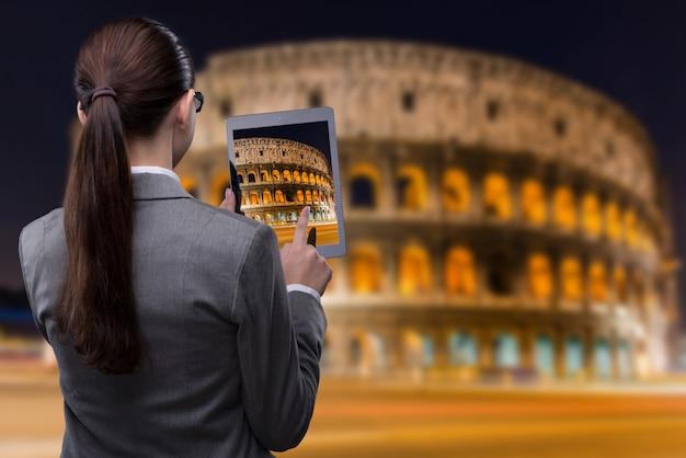 Concetto di viaggio di realtà virtuale con donna e tablet Foto Premium