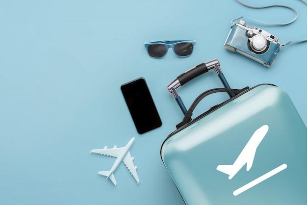 Concetto di viaggio e aereo con i bagagli Foto Premium