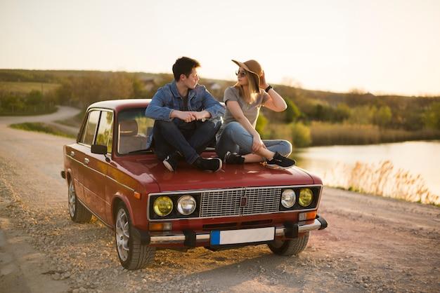 Concetto di viaggio su strada con giovane coppia Foto Gratuite