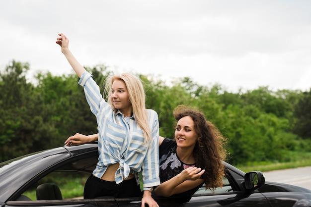 Concetto di viaggio su strada con un gruppo di amici Foto Gratuite