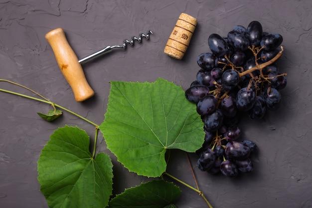Concetto di vinificazione dal raccolto fresco dell'uva di autunno Foto Premium