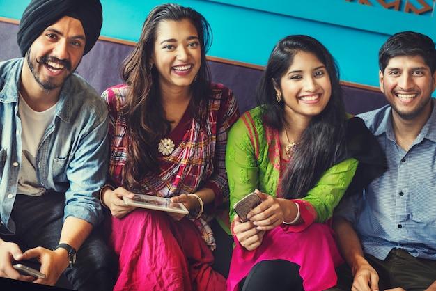 Concetto felice del ritrovo indiano degli amici Foto Premium