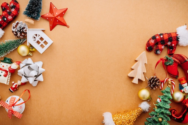 Concetto festivo di idee del fondo di celebrazione con la festa di vacanza di natale che decora gli oggetti Foto Premium