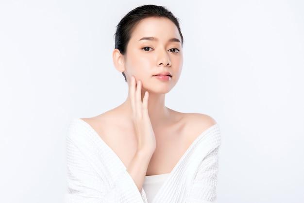 Concetto fresco pulito della pelle nuda della bella giovane donna asiatica del ritratto. ragazza asiatica bellezza viso cura della pelle e benessere salute, trattamento viso, pelle perfetta, trucco naturale, due Foto Premium