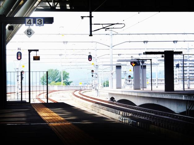Concetto metropolitano della stazione della piattaforma della stazione di trasporto pubblico Foto Gratuite