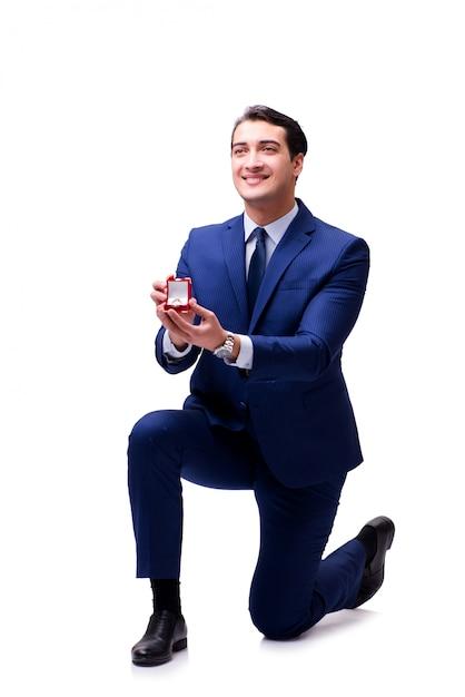 Concetto romantico con l'uomo che presenta proposta di matrimonio Foto Premium
