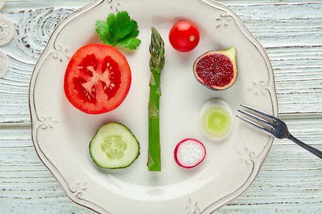 Concetto sano delle verdure sane dell'alimento nel bianco Foto Premium