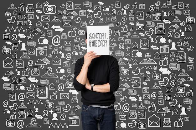 Concetto sociale di comunicazione di media del giovane presente dell'uomo d'affari Foto Premium