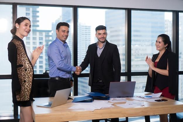 Concetto sollevato braccio di successo di gruppo della squadra di affari Foto Premium