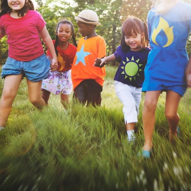Concetto sorridente di felicità di unità di amicizia dei bambini Foto Premium