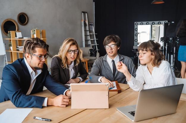 Concetto startup di riunione di brainstorming di lavoro di squadra di diversità. pianificazione delle persone. Foto Gratuite