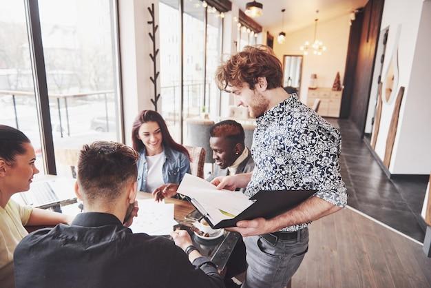 Concetto startup di riunione di brainstorming di lavoro di squadra di diversità Foto Premium