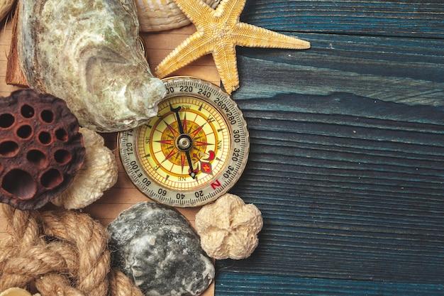 Conchiglie e bussola. bellissima composizione sul mare con conchiglie e bussola vintage Foto Premium