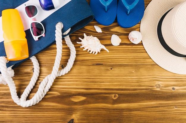 Costume Da Bagno Conchiglia : Conchiglie e costumi da bagno vicino alla borsa scaricare foto