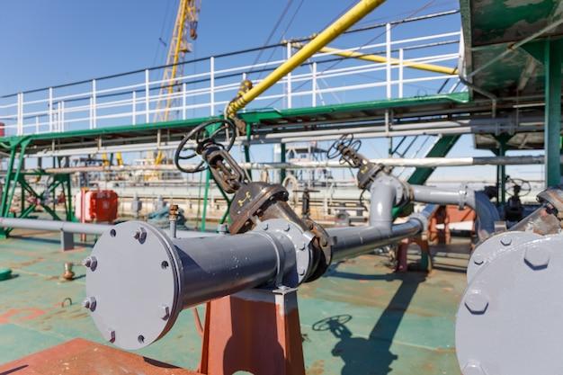 Conduttura per lo scarico di merci liquide dalla petroliera chimica Foto Premium