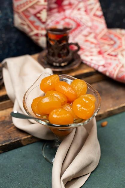 Confettura di castagne e un bicchiere di tè Foto Gratuite
