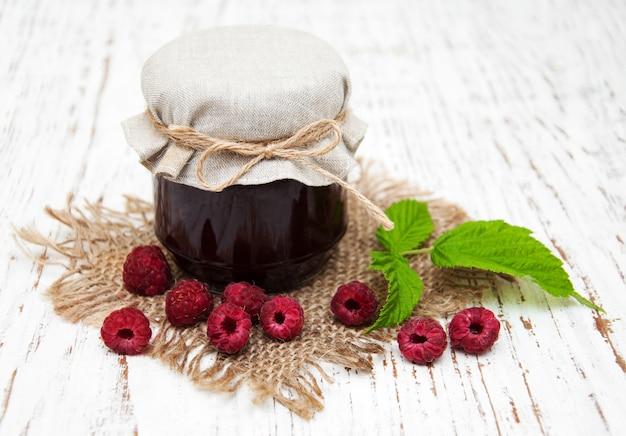 Confettura di lamponi con frutti di bosco freschi Foto Premium