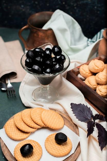Confettura tradizionale nera della noce in un barattolo di vetro con i biscotti di burro intorno Foto Gratuite