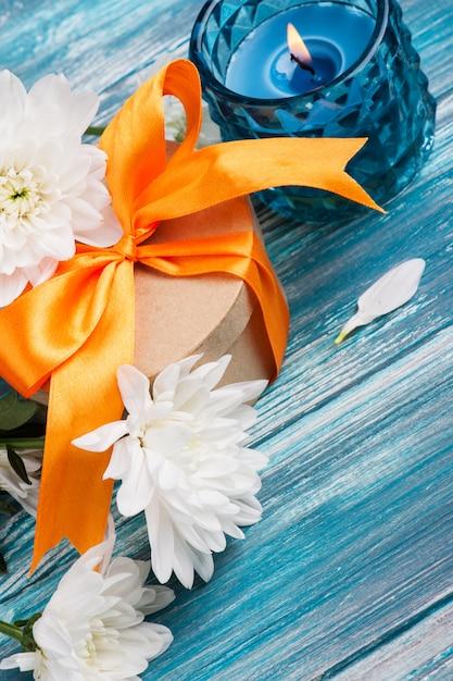 Confezione regalo artigianale con nastro arancione Foto Premium