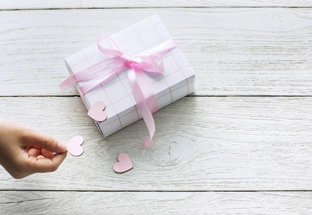 Confezione regalo carina con cuori ritagliati Foto Gratuite