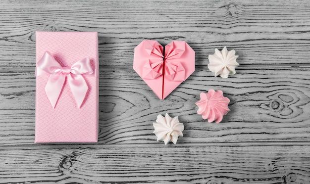 Confezione regalo con fiocco e cuore di carta. regalo romantico Foto Premium
