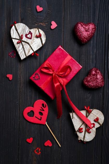 Confezione regalo con fiocco rosso e cuore in legno Foto Premium