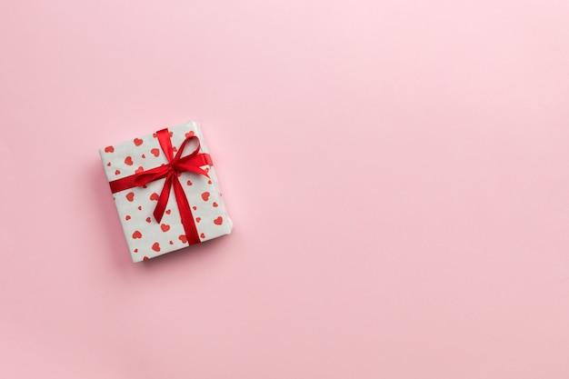 Confezione regalo con nastro rosso e cuore rosa Foto Premium